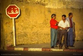 En attendant le bus à Rabat, Maroc